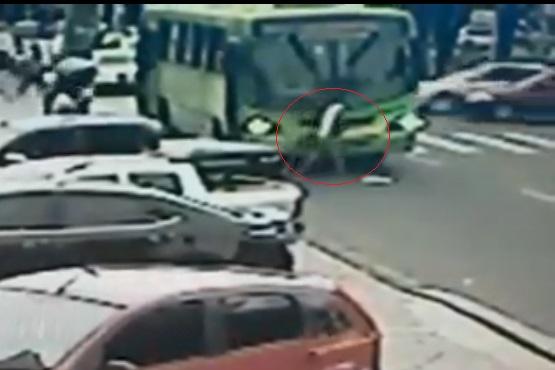 Jovem furtou celular de recepcionista após vítima ser atropelada por ônibus