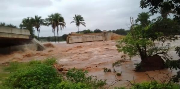 Vídeo mostra ponte que desabou após fortes chuvas no Sul do Piauí