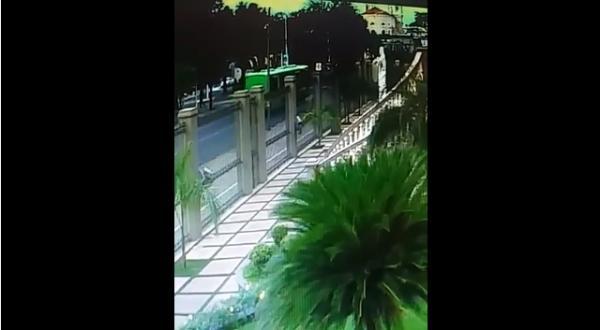 Vídeo mostra que motorista passou no sinal vermelho e atingiu recepcionista