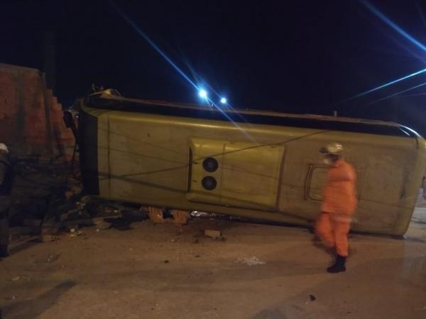 Colisão entre carro e micro-ônibus deixa 2 feridos na zona Sul de Teresina