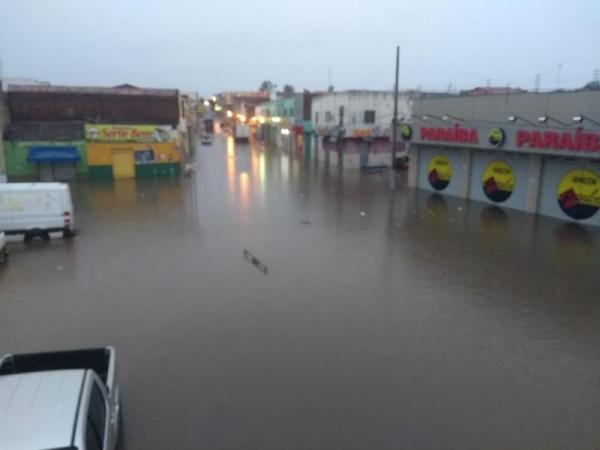 Chuva forte deixa ruas alagadas em município do Piauí