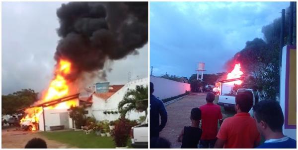 Micro-ônibus e van pegam fogo em garagem de pousada no Litoral do Piauí