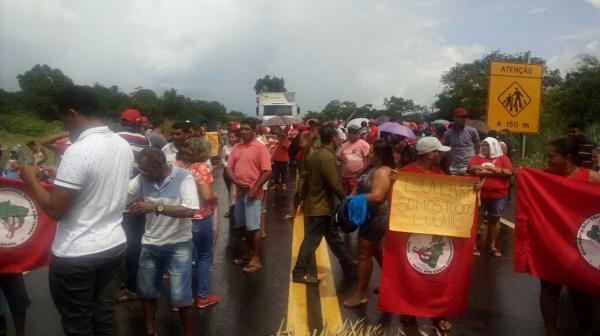 Manifestantes bloqueiam rodovias no PI em protesto contra a prisão de Lula