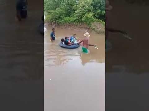 Vídeo mostra crianças atravessando rio em boia para ir à escola no Piauí