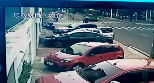 Vídeo mostra momento em que mulher é atropelada por ônibus na Avenida Frei Serafim