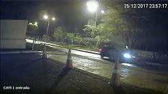 Momento que veículo perseguido sinaliza parada