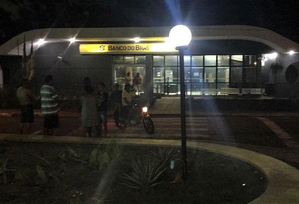 Bando sequestra motorista de ônibus na BR-343 e explode BB de Angical