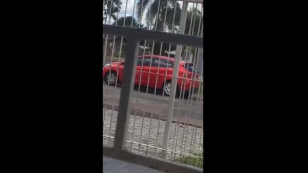 Mãe é flagrada 'abandonando' filha na rua